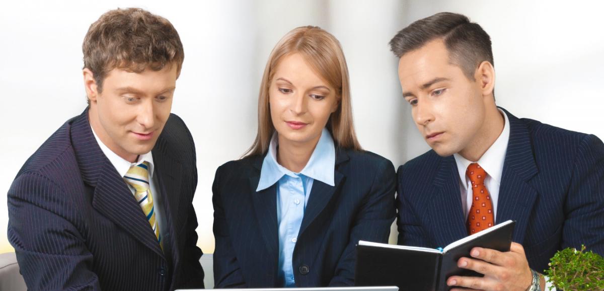 compañeras nuevas de trabajo en oficina con dos coworkers